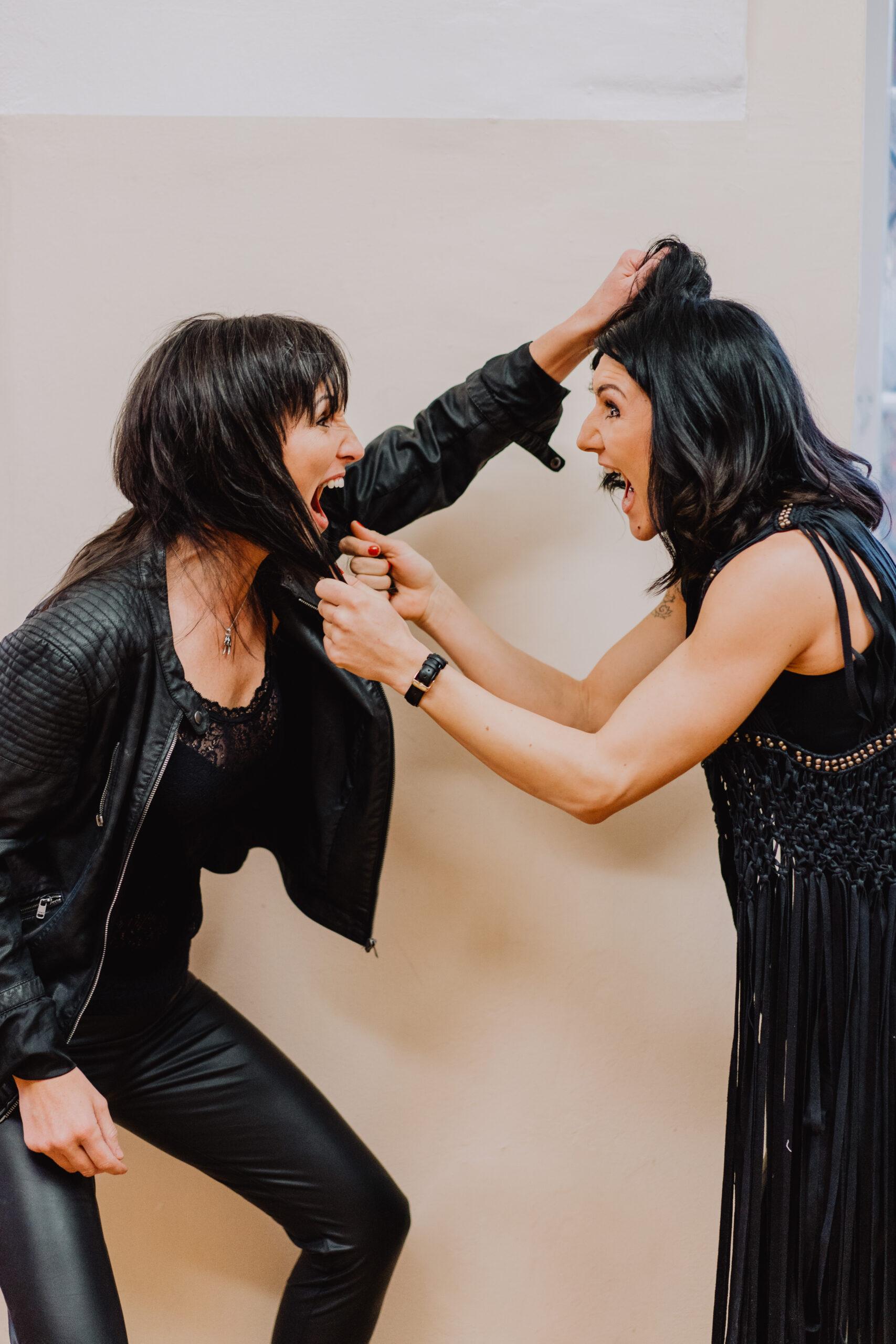 Sabine und Maria ziehen sich an den Haaren