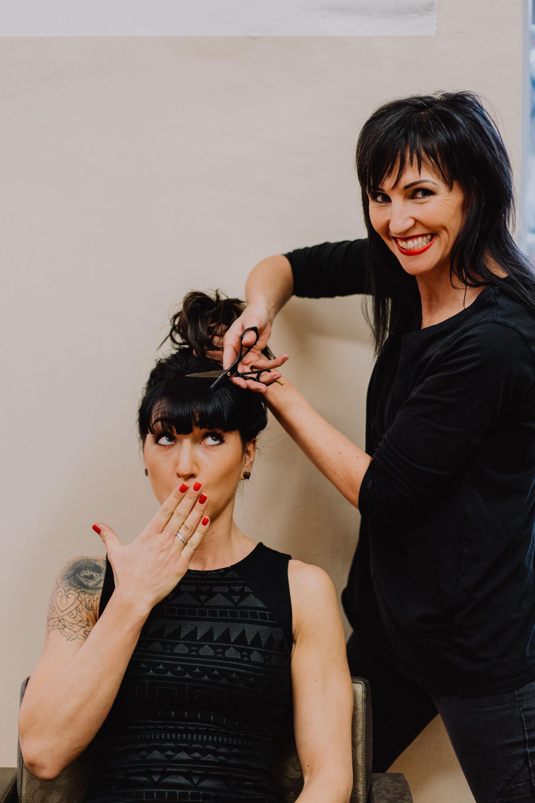 Sabine schneidet Maria die Haare
